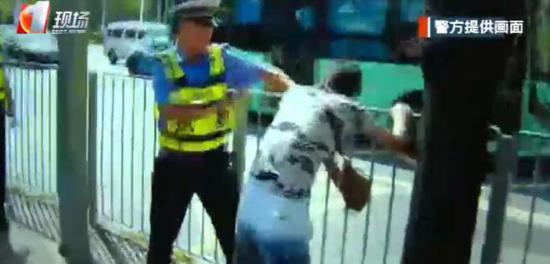 """深圳违法电单车司机被警察逮住 当众开始""""自残""""?"""