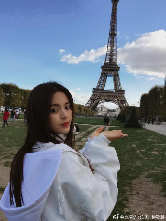 杨超越在巴黎