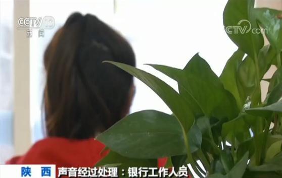 """男子银行柜台监控前上演""""幻影手"""" 一秒偷走2千元"""