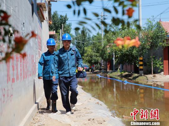 8月25日,寿光电力部门工作人员正赶赴受灾区,对电力装置进行维护。 沙见龙 摄