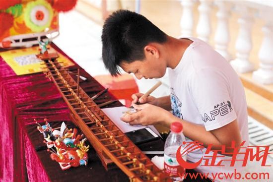 16岁少年酷爱传统文化 无师自通把龙舟头做活了