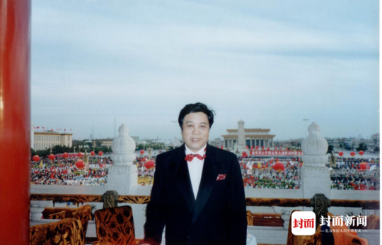 赵忠祥在天安门城楼主持国庆50周年焰火晚会