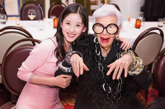 奶茶妹的饭局吸引了半个时尚圈作陪 她的衣Q有长进吗?