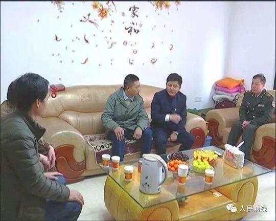 ▲江西省抚州市副市长、金溪县委书记王成兵(右二)与金溪籍优秀军官龚凯峰(右三)亲切交谈。