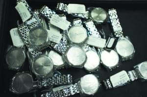 深圳海关打私行动:农民房成走私窝点 存放大批高档手表