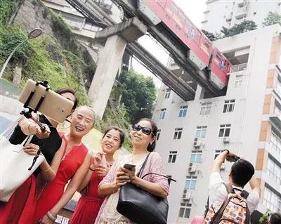 """重庆为什么设计穿楼而过的轻轨""""?叶天义说, 这个被网友称为重庆最""""任性""""的轻轨站设计建设要追溯到20年前答案竟是这样"""
