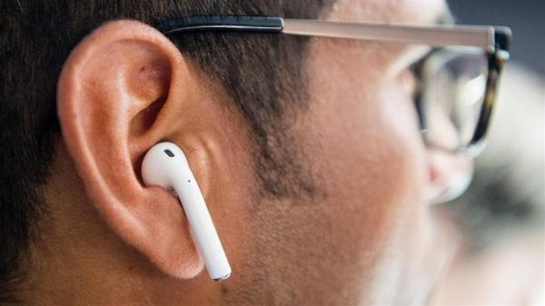 终极防丢:老外将苹果AirPods嵌入耳洞佩戴的照片 - 2