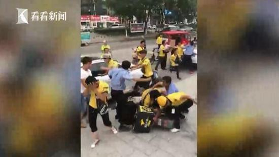 外卖哥与保安打群架 只因送餐车乱停被扣【打架现场视频】
