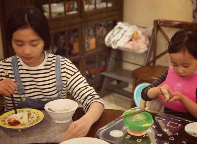 孙莉晒女儿吃相暗夸老公 黄磊调侃:你也没少吃