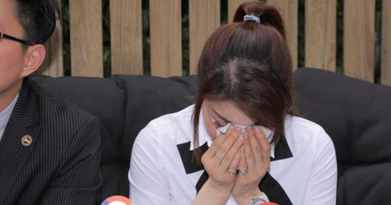 杨丽菁记者会痛哭