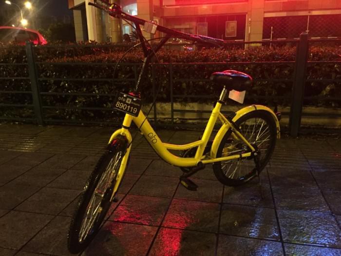 """共享单车:一条路上三分之一车子""""缺臂少腿""""的照片"""