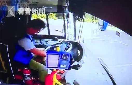 公交司机途中突发脑梗 他一个举动救下全车乘客