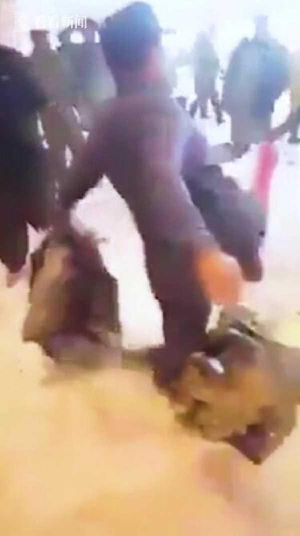 航班延误又取消 男子怒烧行李踢飞灭火器求逮捕