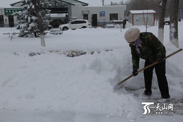 新疆北部遭11月罕见暴雪 阿勒泰航班取消国道积雪