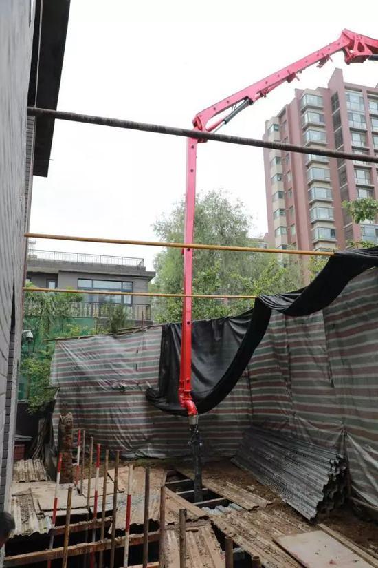 4层别墅还不够用?北京一业主挖5米深坑建地下室
