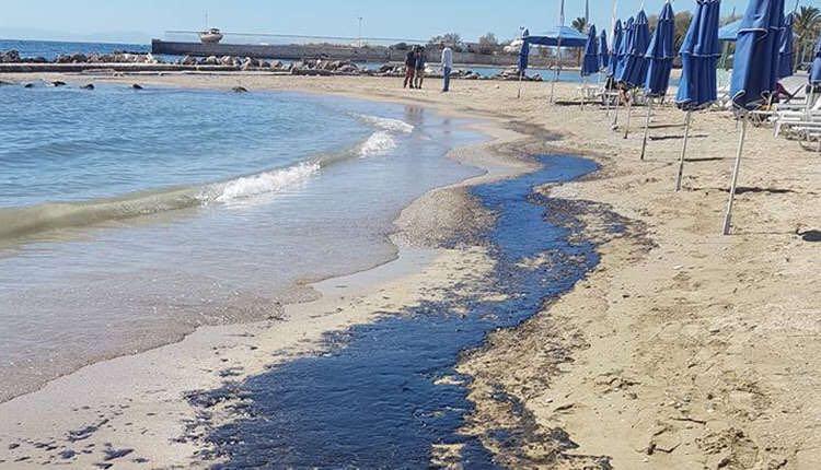 雅典南海岸因油轮沉没遭燃油污染 污染带长约3公里