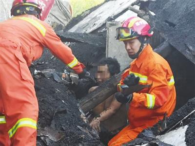辽宁营口一房屋坍塌一须眉被埋,消防队员徒手救出
