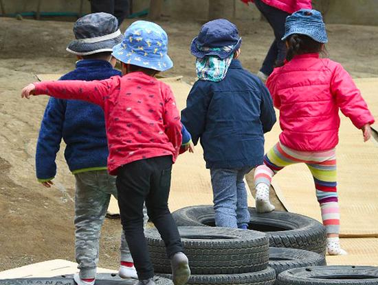 资料图片:在日本东京市的保育园玩耍的孩子们。(《日本经济新闻》网站)