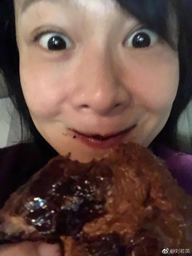 刘若英不顾吃相享受巧克力可颂 网友:请好好自拍