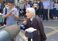 济南77岁老奶奶亲自送孙女参加高考