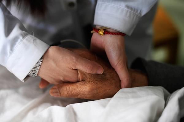 重庆老人肺癌晚期活了8年 要把卖房钱送主治医生