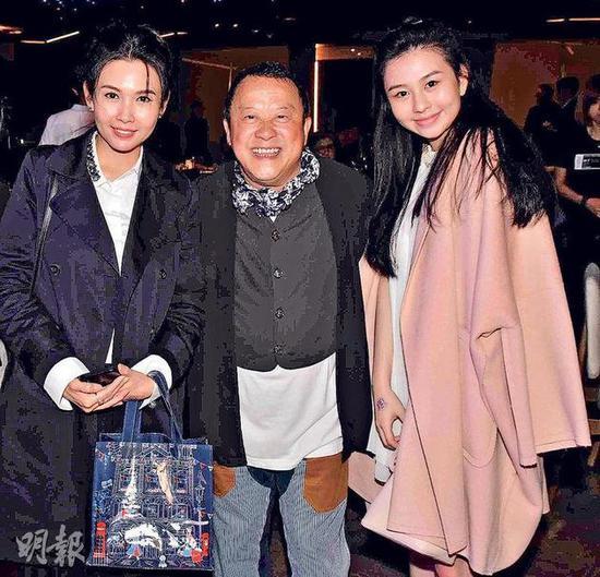 """被封为""""最美星二代""""的沈月(右)愈大愈漂亮,跟妈妈邱淑贞(左)一起贺曾志伟(中)65岁生日。"""