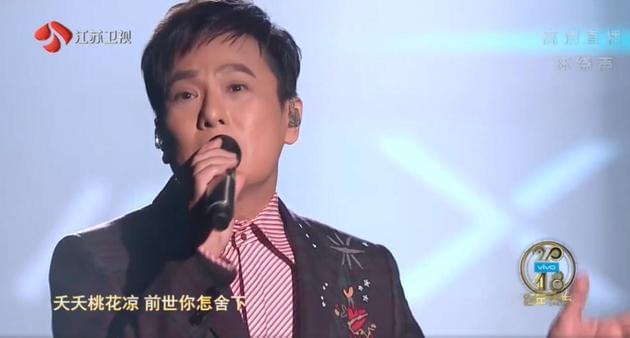 张信哲献唱江苏卫视跨年演唱会现场