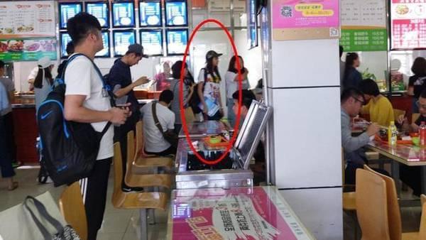 关晓彤现身学校吃食堂 网友:这背影太壮了