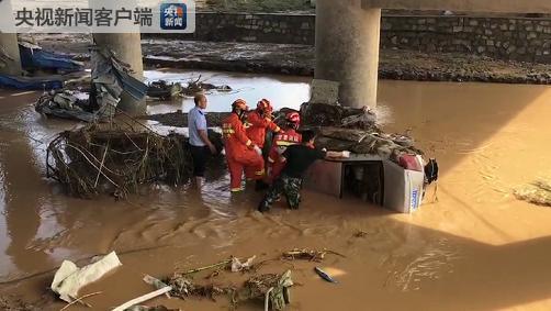 甘肃白银强降雨引发山洪多辆车被冲入黄河 已致8死