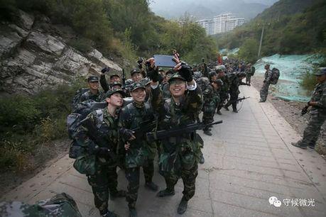 在20公里负重徒步行军途中休息,营员们自拍合影留念。