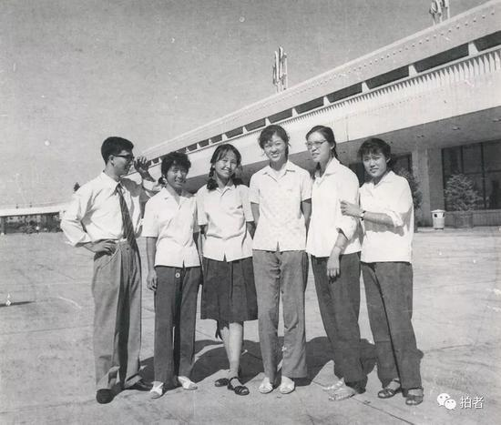 当时送易纲(左一)去美国留学时的合影。受访者供图