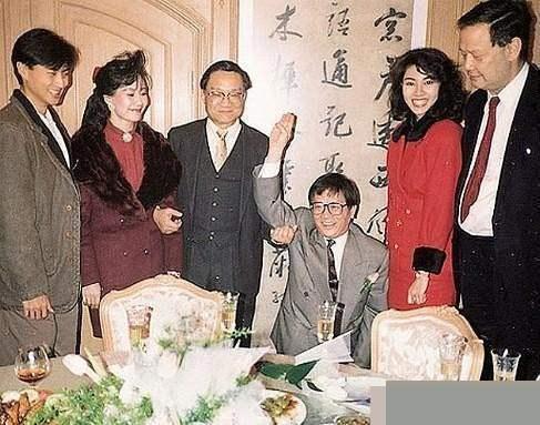 左二为林燕妮,左四为黄霑