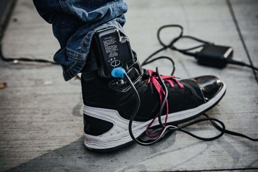 """""""数字镣铐"""":揭示美国脚踝监视器出人意料的残酷"""