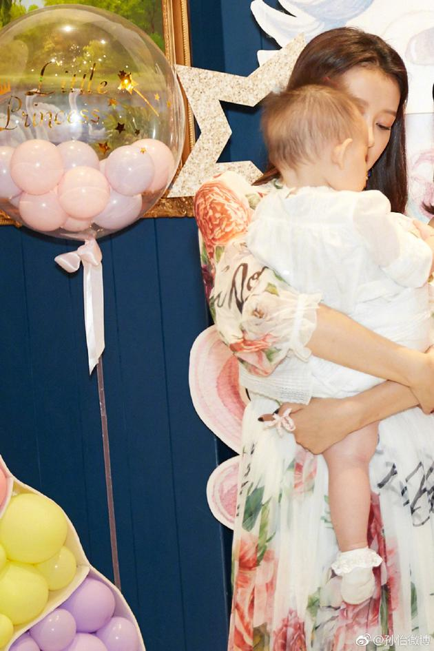 孙怡董子健女儿迎一岁生日 二人紧抱女儿宠溺十分