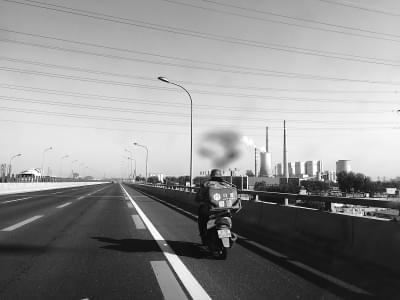 常见快递员骑电动车上高速