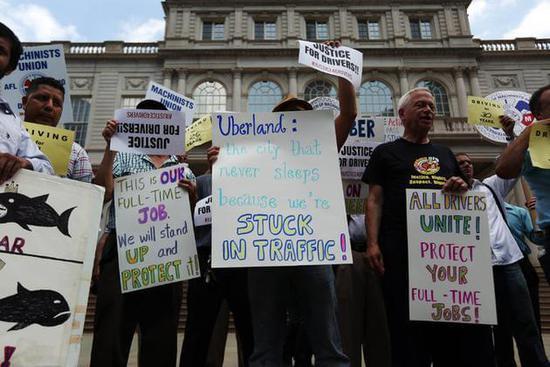 2015年,在曼哈顿市政厅外面,出租车司机和其他人支持白思豪的人集会反对优步扩张(图片来源:Hiroko Masuike / 《纽约时报》)