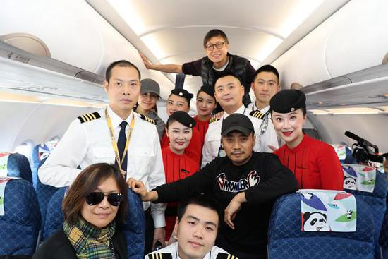《中国机长》主创与中国民航英雄机组合影