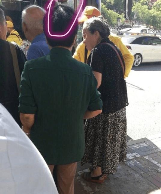 """""""容嬷嬷""""李明启德艺双馨 坐公交车主动排在队尾"""