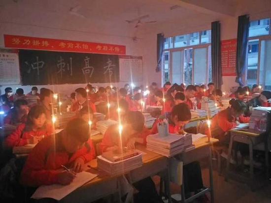 太勤奋!贵阳一所中学突然停电 高三学生秉烛夜学