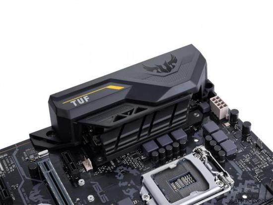 华硕TUF Z270 MARK 2主板拥有出色的超频性能 这款主板采用ATX标准板型设计,拥有完备的扩展功能,包括四根DDR4双通道内存插槽(支持高达3866MHz的超频频率)、两根PCIe 3.0 x16插槽(x16模式),一根PCIe 3.0 x16插槽(x4模式)、六个SATA 6.0 Gb/s接口以及两个M.2接口等等。其中,双M.