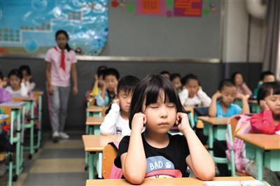 很多中小学校已将每天两次眼保健操时间纳入课表。新京报记者 王远征 摄