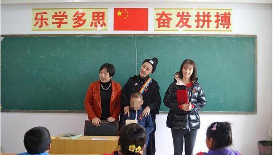 张歆艺袁弘学校做公益 与小朋友互动超有爱