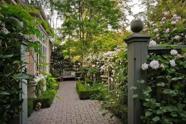 我有一所庭院,向着山,向着云,还有四季花开