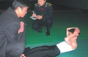 2002年,5岁时曾以连续俯卧撑7100次创造了上海大世界吉尼斯纪录的男孩在创造新的仰卧起坐纪录 / 楚天都市报