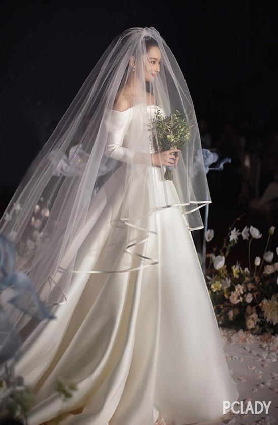 膨胀的迪丽热巴 不穿礼服改穿婚纱了?