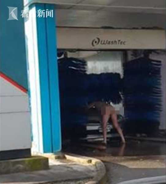 """洗车场裸男抱车共浴 夫妇驾车惊瞥""""他玩大了"""""""
