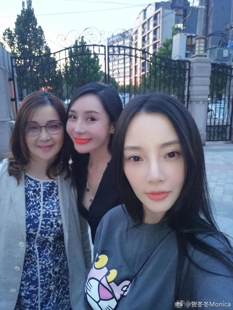 李小璐母女开心聚会 闺蜜的红唇好抢镜
