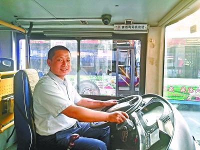 女子乘公交往投币箱塞1万元 司机反复劝说将钱归还