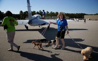 全球最土豪小镇 家家有私人飞机 遛狗都是开飞机