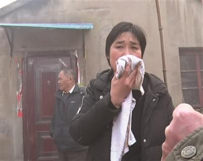 家中起火她先忙着拍段视频 邻居两次冲进火场救援